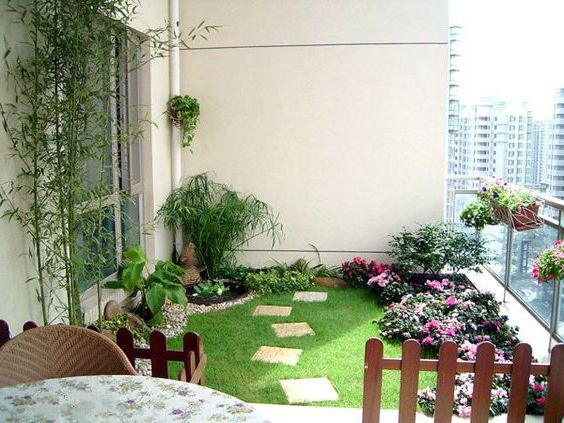 http://smallhousedecor.com/wp-content/uploads/2016/05/Grass-On-Small-Balcony.jpg